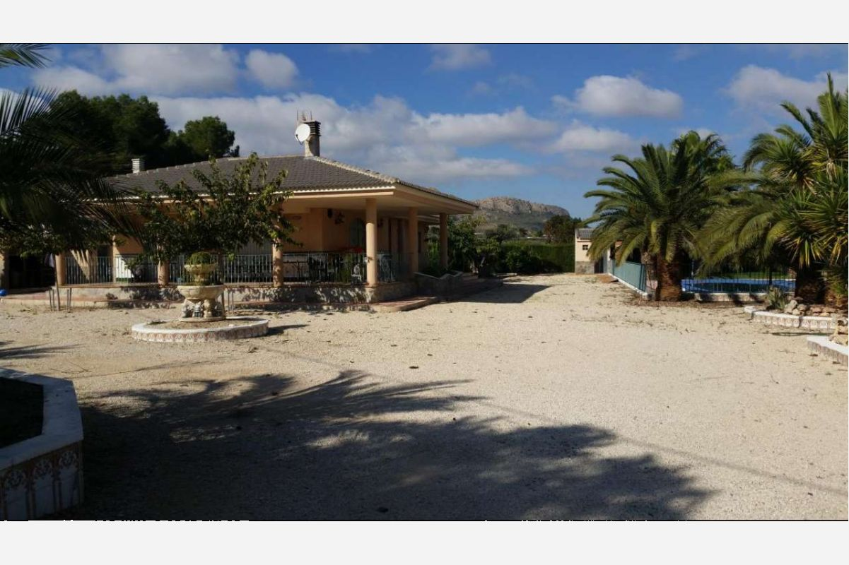 2226: House/Villa in Sax